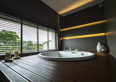 Large suite round bath