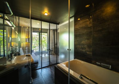 Medium suite bathroom(1)