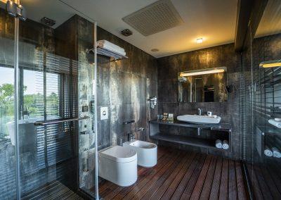 Large suite 8 bath room