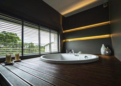 Large suite round bath